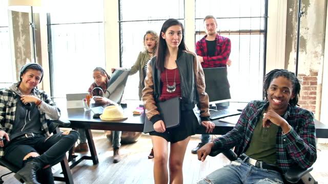 vidéos et rushes de groupe multi-ethnique des jeunes travailleurs dans les entreprises de démarrage - multi ethnic group