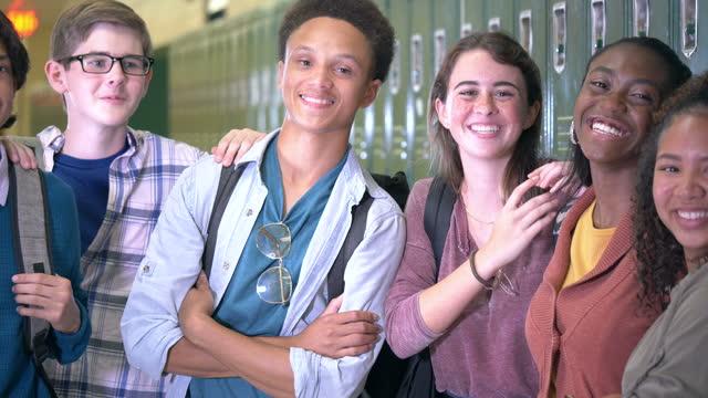 stockvideo's en b-roll-footage met multi-etnische middelbare schoolstudenten die uit in gang hangen - 18 19 years