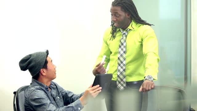 vidéos et rushes de multiethniques hommes discutant stratégie commerciale - cravate