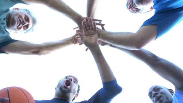 vídeos y material grabado en eventos de stock de hombres multiétnicos jugando al baloncesto, en huddle - 55 59 años