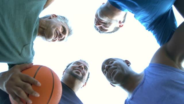 vídeos y material grabado en eventos de stock de hombres multiétnicos jugando al baloncesto, hablando en huddle - top