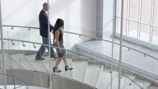 Professionnels et multiethniques, en descendant un escalier