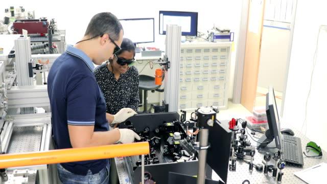 Multi-ethnischen Forschungsgruppe Pflege leistungsstarke Hochfrequenz-Laser im Labor