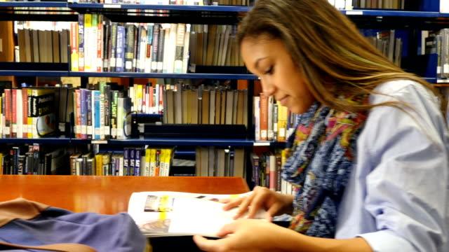 multietniska studenter som studerar vid lokala eller skola bibliotek - middle eastern ethnicity bildbanksvideor och videomaterial från bakom kulisserna