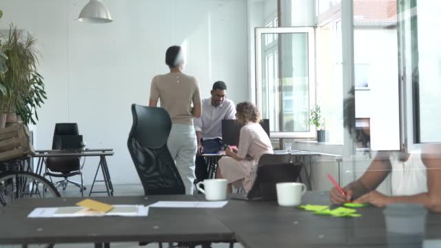vídeos y material grabado en eventos de stock de equipo multiétnico en el trabajo - oficina pequeña