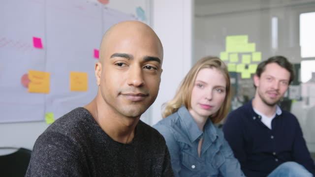 vídeos de stock e filmes b-roll de multi-ethnic team in a brainstorming session - relação profissional