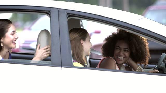 Multiethniques adolescentes dans une voiture, parler et rire