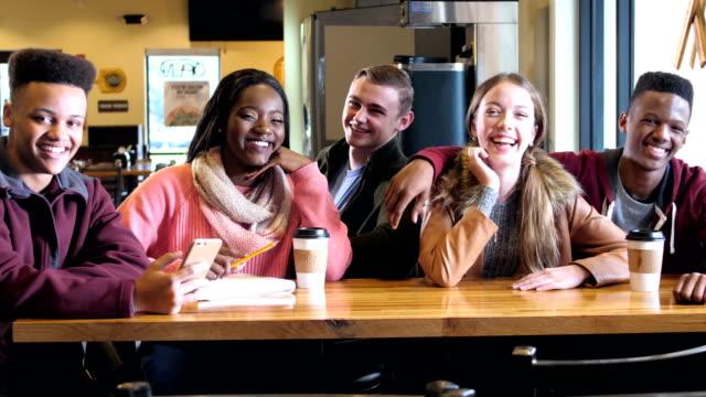 vídeos de stock, filmes e b-roll de multi-étnica adolescentes saindo no café - na moda descrição