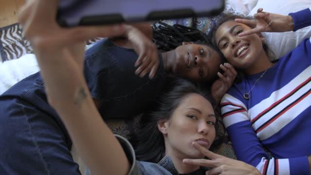 multiethnic teenagers pose for selfie, close up - 口を尖らせる点の映像素材/bロール