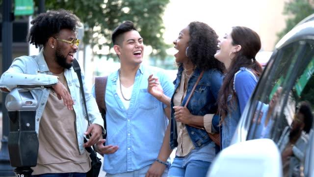 stockvideo's en b-roll-footage met multi-etnische jonge volwassenen in stad, die - 18 19 years