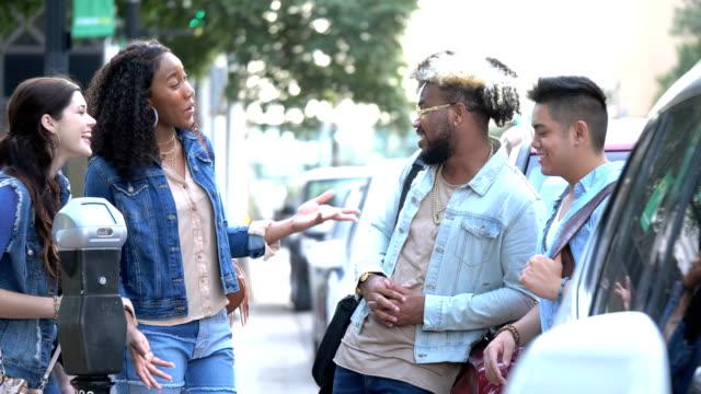vidéos et rushes de jeunes adultes multiethniques en ville, conversant - 20 24 years
