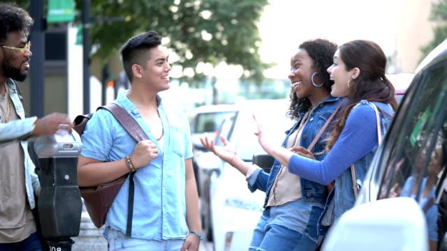 vidéos et rushes de jeunes adultes multiethniques en ville, les amis se rencontrent - 18 19 ans