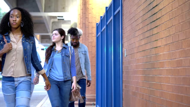 stockvideo's en b-roll-footage met multi-etnische jonge volwassenen die in de stad lopen, vreemdelingen - 18 19 years