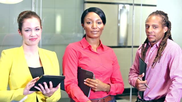 vidéos et rushes de employés de bureau jeunes multiethnique dans réunion d'affaires - multi ethnic group