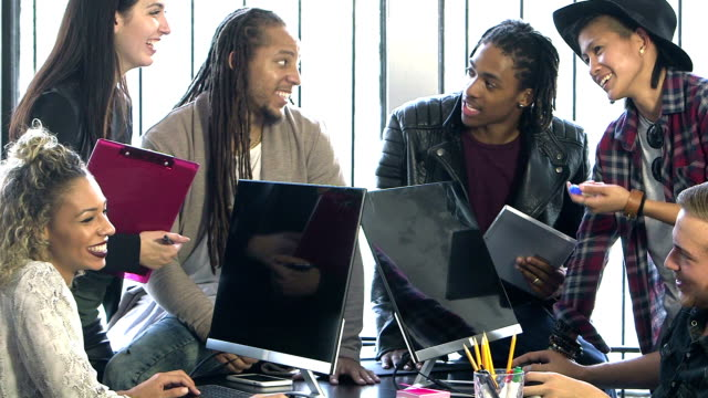 multi-ethnischen junge arbeitnehmer in start-up unternehmen, treffen - multi ethnic group stock-videos und b-roll-filmmaterial