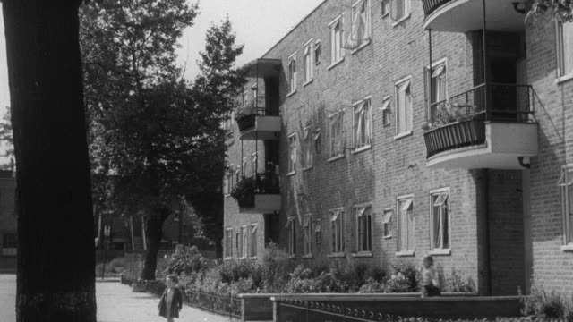 1951 montage multi-family dwellings with outdoor space / united kingdom - atrium grundstück stock-videos und b-roll-filmmaterial