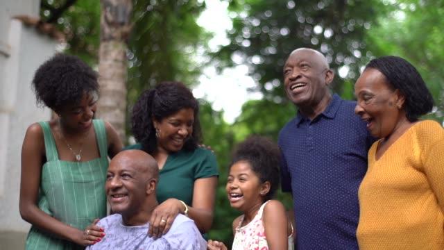 vídeos de stock, filmes e b-roll de geração multi africana latino-americanos em casa de família - unidade
