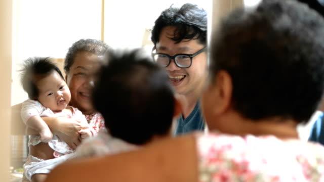 vidéos et rushes de famille de plusieurs génération: grandmom petite-fille, père - miroir ancien