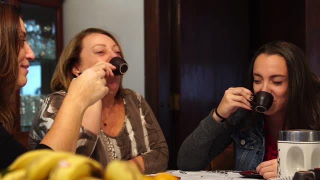 コーヒー ブレークを持っている多世代家族 - エスプレッソ点の映像素材/bロール