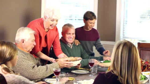 Mehr-Generationen-Familie mit Thanksgiving Türkei Essen