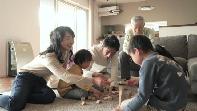 多世代家族で流れるブロック - 団らん点の映像素材/bロール