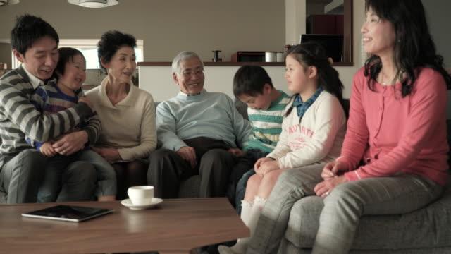 多世代家族でリラックスしたリビングルームのソファ - 家族点の映像素材/bロール
