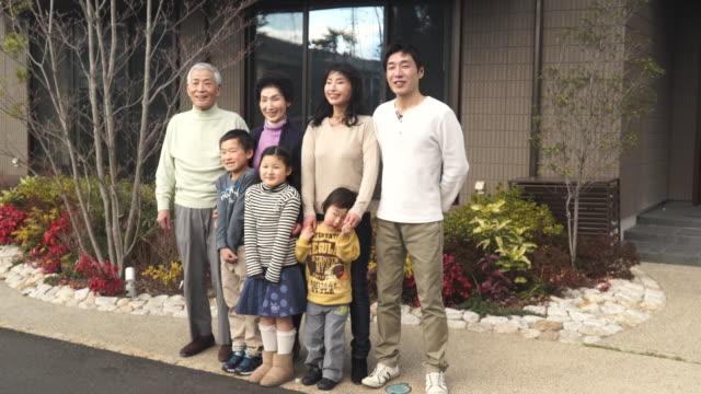 多世代家族に立っているの前私の家 - 大家族点の映像素材/bロール
