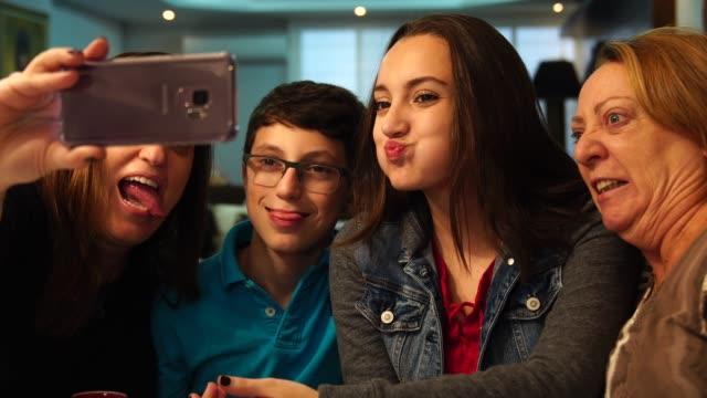 多世代家族、selfie を取って - 4人点の映像素材/bロール