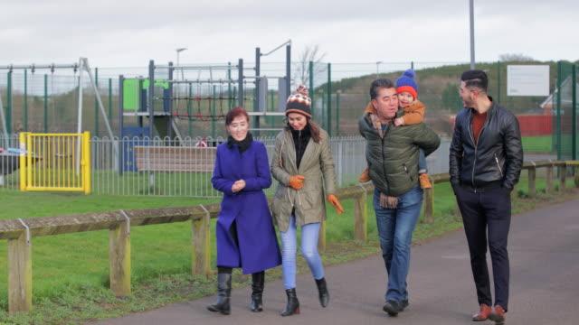 公園を散歩する多世代の家族 - 義母点の映像素材/bロール