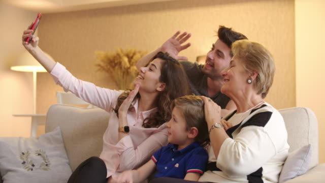 mehrgenerationen-familienvideokonferenzen - türkei stock-videos und b-roll-filmmaterial