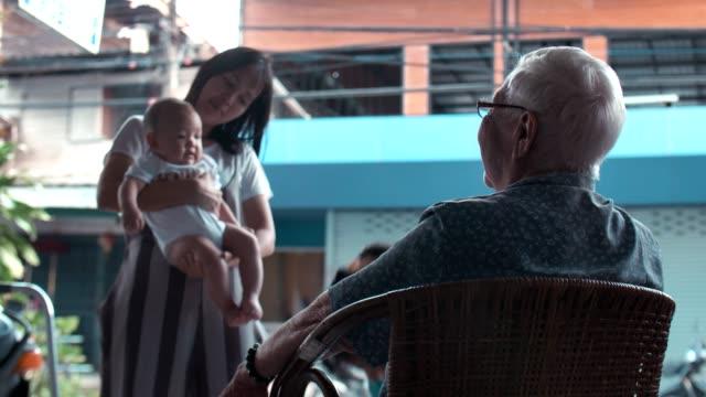 vídeos y material grabado en eventos de stock de familia multigeneración - 6 11 months