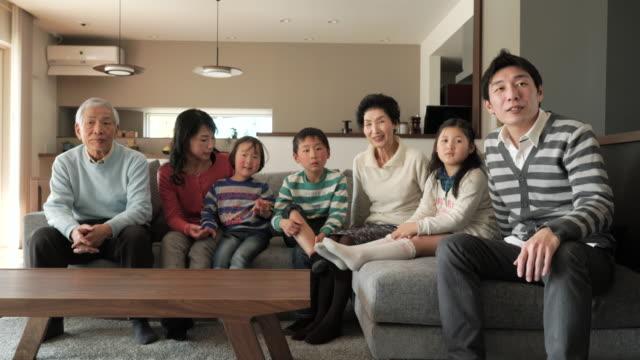 多世代家族でテレビをご覧のリビングルーム - living room点の映像素材/bロール