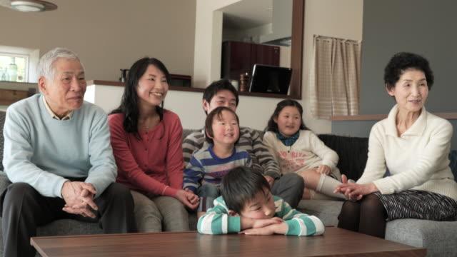 多世代家族でテレビをご覧のリビングルーム - 部屋点の映像素材/bロール