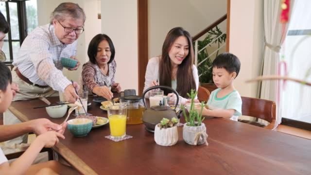 mehrgenerationenfamilie taiwanesisch am frühstückstisch - esstisch stock-videos und b-roll-filmmaterial