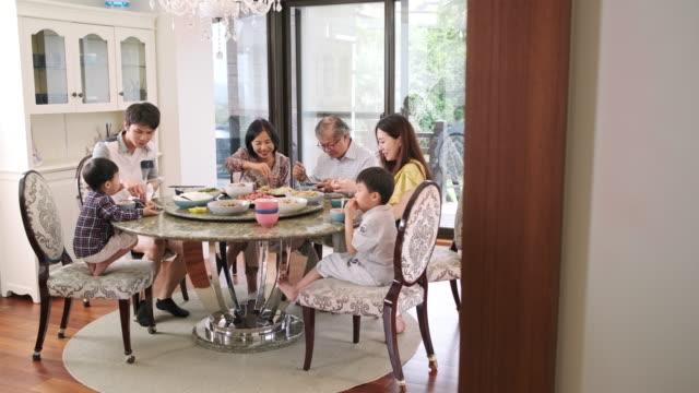 vídeos y material grabado en eventos de stock de la familia taiwanesa de múltiples generaciones se reunió para almorzar en casa - multi ethnic group