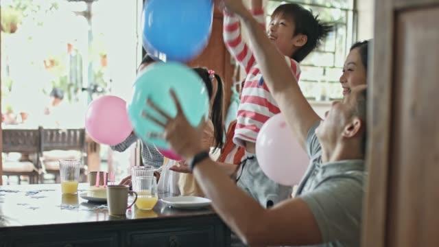 Multi-Generational Chinese familie plezier spelen met ballonnen in een verjaardagspartij