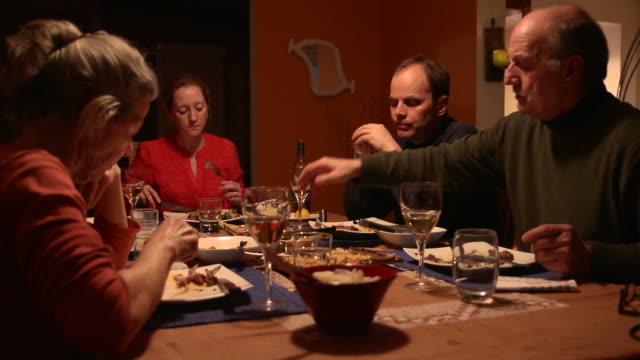vidéos et rushes de multi-générationnelle dîner-vidéo multi - prendre son repas