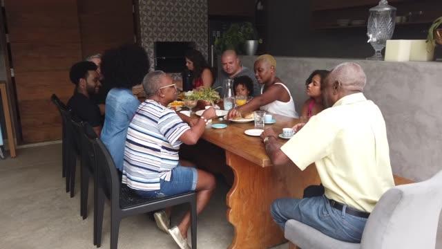 Mehrgenerationenfamilie beim gemeinsamen Frühstück