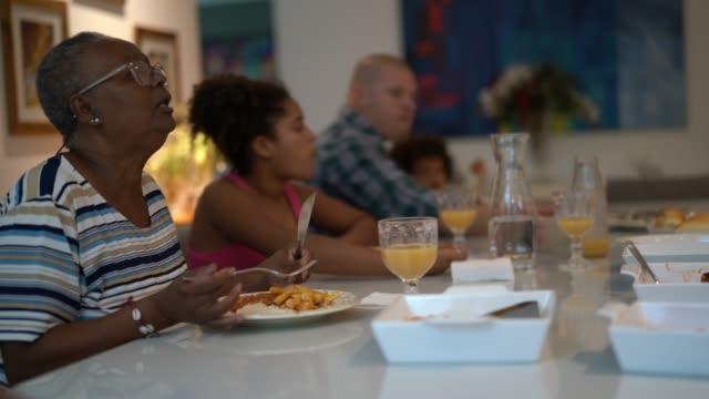 mehrgenerationenfamilie beim mittagessen - kaltes getränk stock-videos und b-roll-filmmaterial