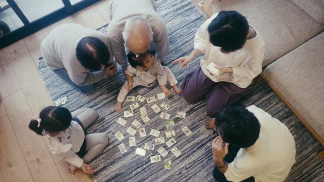 mehrgenerationenfamilie spielt karuta kartenspiel an silvester - suit stock-videos und b-roll-filmmaterial