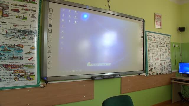 stockvideo's en b-roll-footage met multimedia board in school room - informatiebord