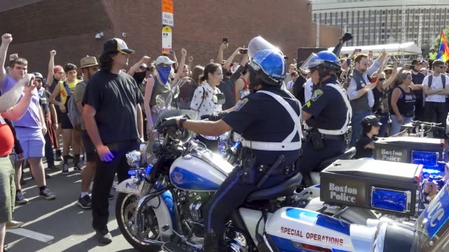 vidéos et rushes de multiple counter antitrump demonstrators arrested and pepper sprayed during 'straight pride parade' in boston massachusetts multiple arrested for... - homophobie