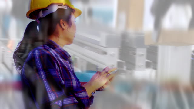 vidéos et rushes de exposition multiple de femme d'ingénieur utilisant le smartphone au chargement automatisé de bras robotique, produits d'emballage. - ingénierie