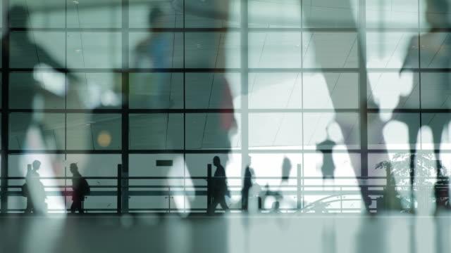 Mehrfachbelichtung von Menschen zu Fuß auf dem Flughafen