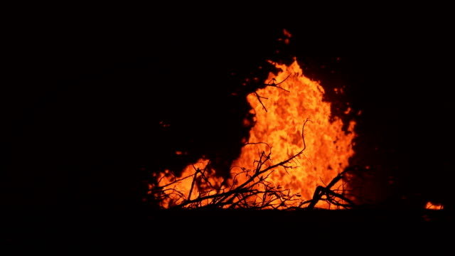 multiple fissures spew massive lava flow during incredible fissure eruption at kilauea volcano in hawaii in may 2018 - big island hawaii islands stock videos & royalty-free footage