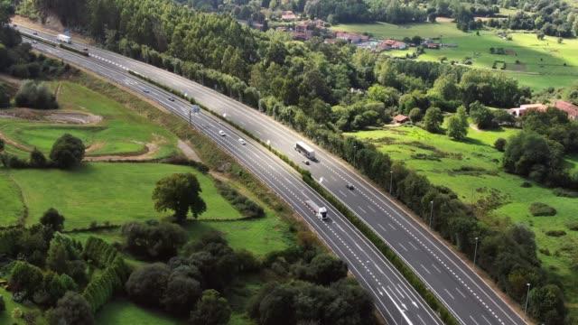 vídeos y material grabado en eventos de stock de carretera de varios carriles como se ve desde arriba - carretera