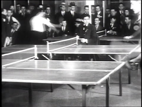 vídeos de stock, filmes e b-roll de 1930 ws multiple ping pong tables & matches with people watching / new york city, new york, usa - tênis de mesa