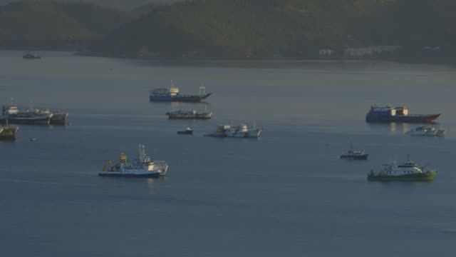 multiple ships on water - gebäudefries stock-videos und b-roll-filmmaterial