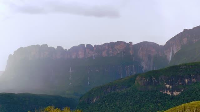 vídeos de stock, filmes e b-roll de várias cachoeiras da auyán tepui depois da tempestade. la gran sabana, venezuela - parque nacional