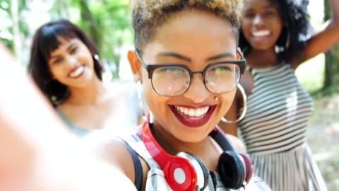 vídeos y material grabado en eventos de stock de multirracial grupo de amigos tomando autofoto  - chica adolescente